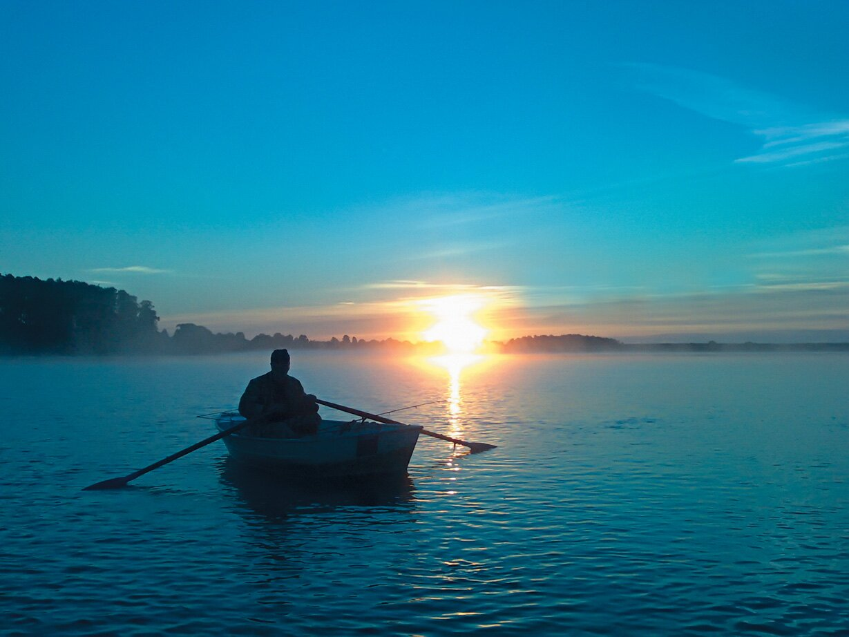 рыбак на лодке в океане